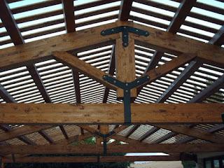 Capriata struttura per tettoie e tetti formata da travi in legno e di forma triangolare