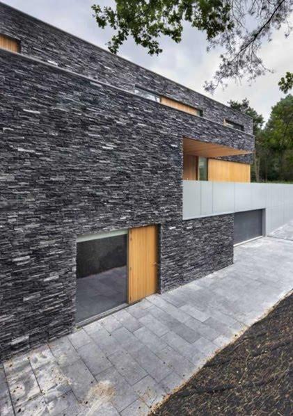 Fachada de casa con piedras oscuras cocinas modernass for Revestimiento fachadas exteriores