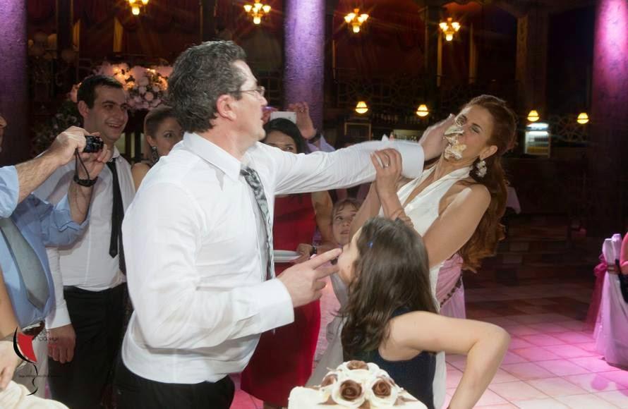 захранване на булката със сватбена торта