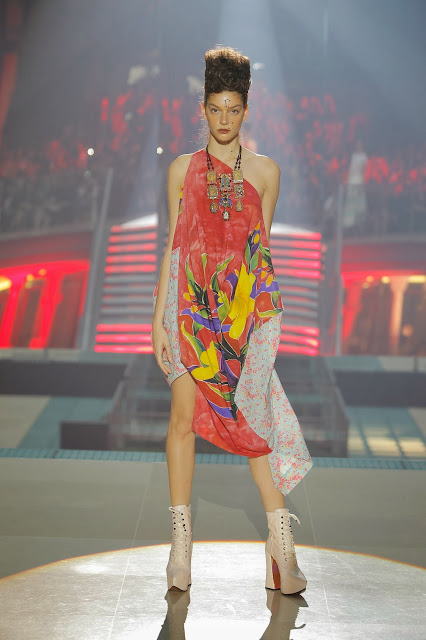 Vivienne-Westwood, Andreas-Kronthaler, everything-is-connected, revolution-climatique, gold-label, lfw, london-fashion-week, paris, pfw, mode-green, eco-responsable, voyage-ethique, printemps-ete, spring-summer, styliste, fashion, mode, fashion-week, paris-fashion-week, mode-a-paris, vogue, collection, womenswear, allure-chic, catwalk, du-dessin-aux-podiums, sexy, fashion-woman, mode-femme, menswear, pap, pret-a-porter