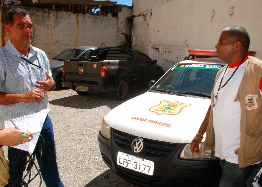 Secretário de Segurança Marcos Antonio da Luz e o coordenador da Guarda Municipal, Sergio Alves, diante da frota da ronda escolar