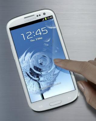 Model terbaru telefon pintar keluaran Samsung, Galaxy S3 yang dilancarkan di London, kelmarin.