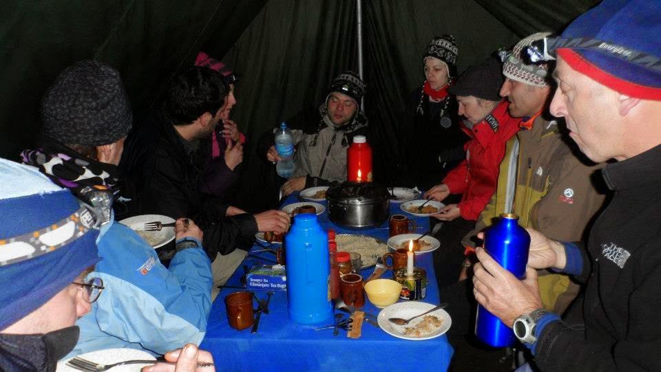 Desayunando-antes-de-iniciar-la-ascensión-a-la-cima-del-kilimanajro