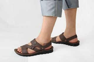 Homem usando sandálias - Pés Masculinos - Male Feet