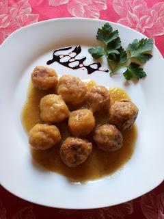 Albóndigas de pescado con salsa de cebolla