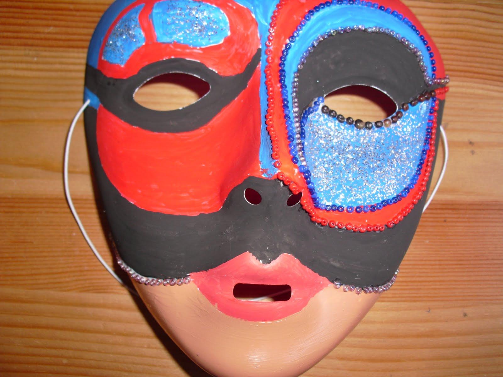 El modo del uso de las máscaras alrededor de los ojos