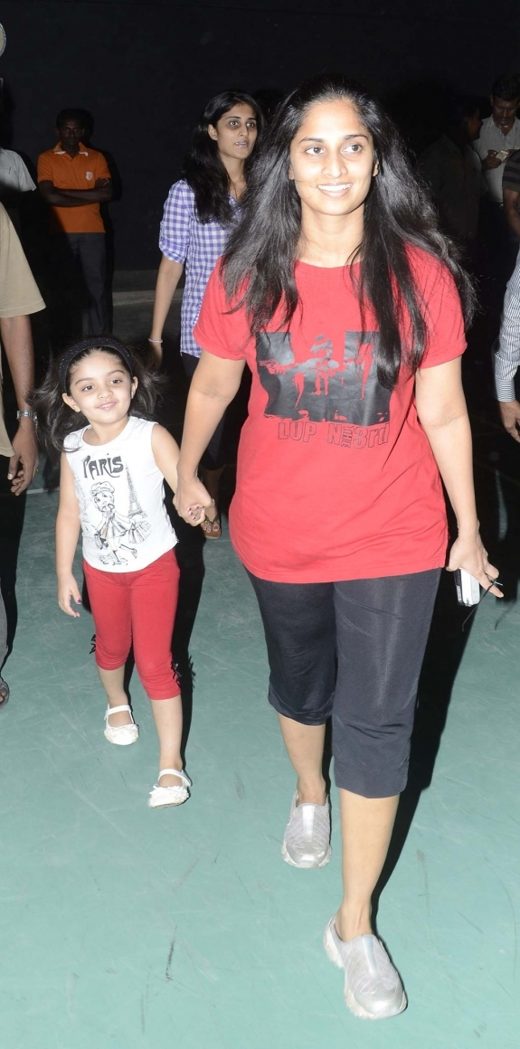 Ajith daughter Anoushka photo gallery, Images with her mother Shalini ...