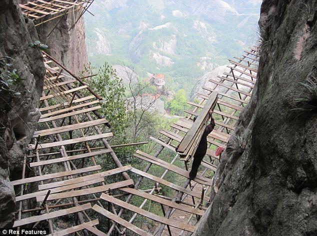 Kerja buat jalan kayu di lereng gunung