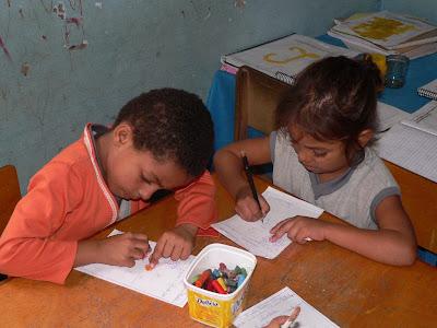 Kinder malen im Kinderdorf