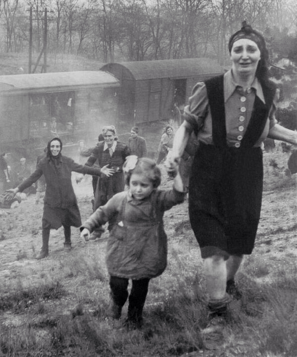 25 Breathtaking Photos From The Past - Jewish refugees, approaching allied soldiers, become aware that they have just been liberated, April, 1945