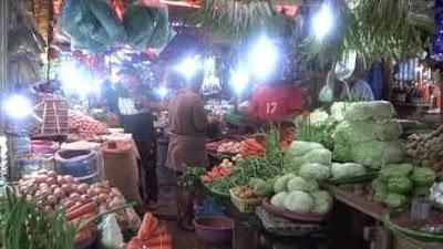 Musim kemarau berkepanjangan yang terjadi di Kota Ambon dan Maluku pada umumnya tidak mempengaruhi persediaan sayuran di pasar tradisional setempat.