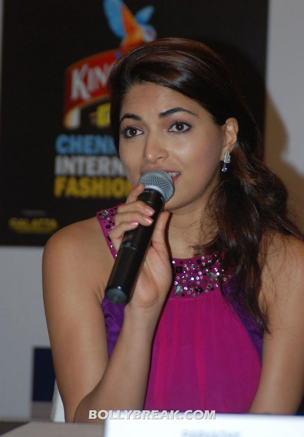 Parvathy holding mic -  Parvathy Omanakuttan Pink dress photos