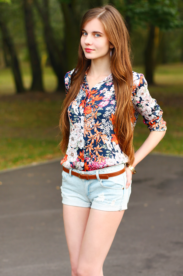koszula w kwiaty krótkie jeansowe szorty