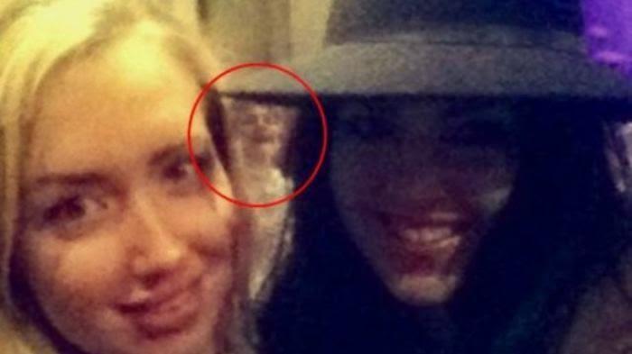 Victoria Greeves (22) dan Katley Atkinson (23) terkejut bukan kepalang saat melihat foto hasil selfie mereka. Bagaimana tidak, sosok misterius muncul di belakang mereka.