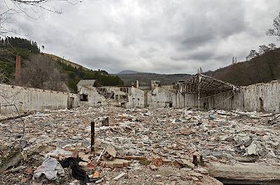 imagen de Raul Martín en la que se ve la uralita y los restos de la construccion desperdigados por el suelo
