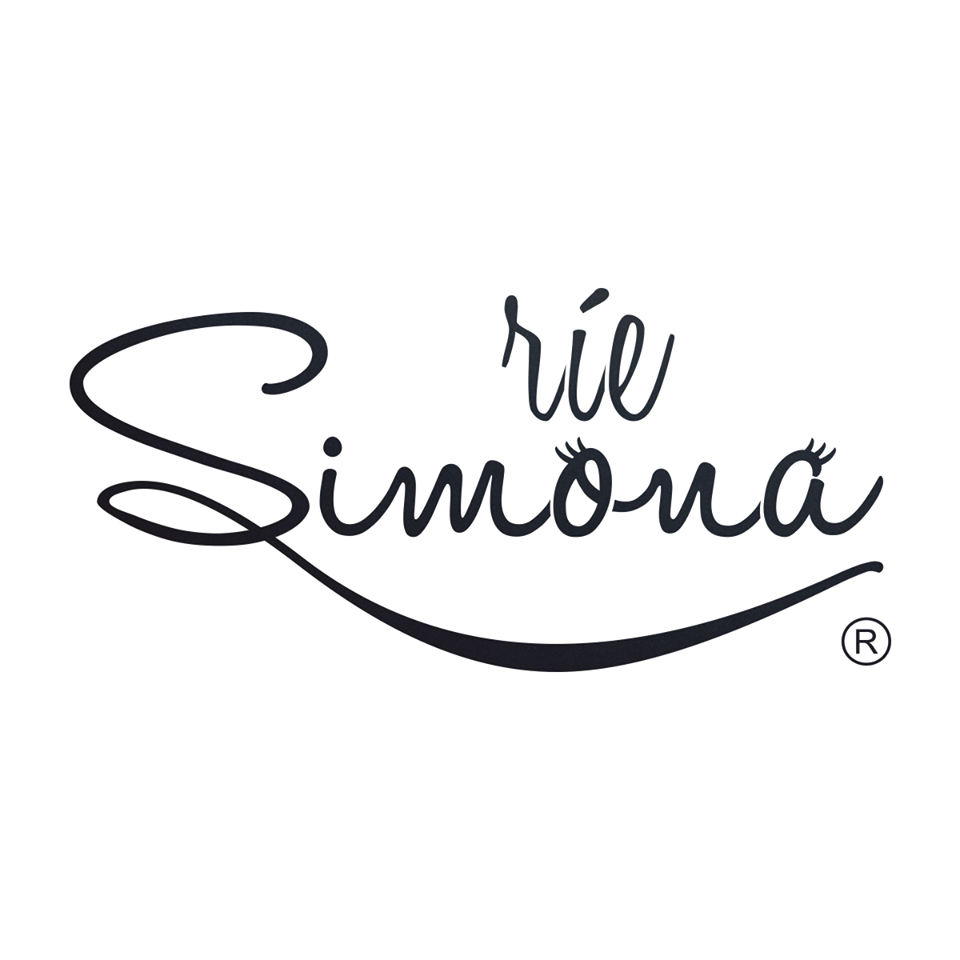 Ríe Simona