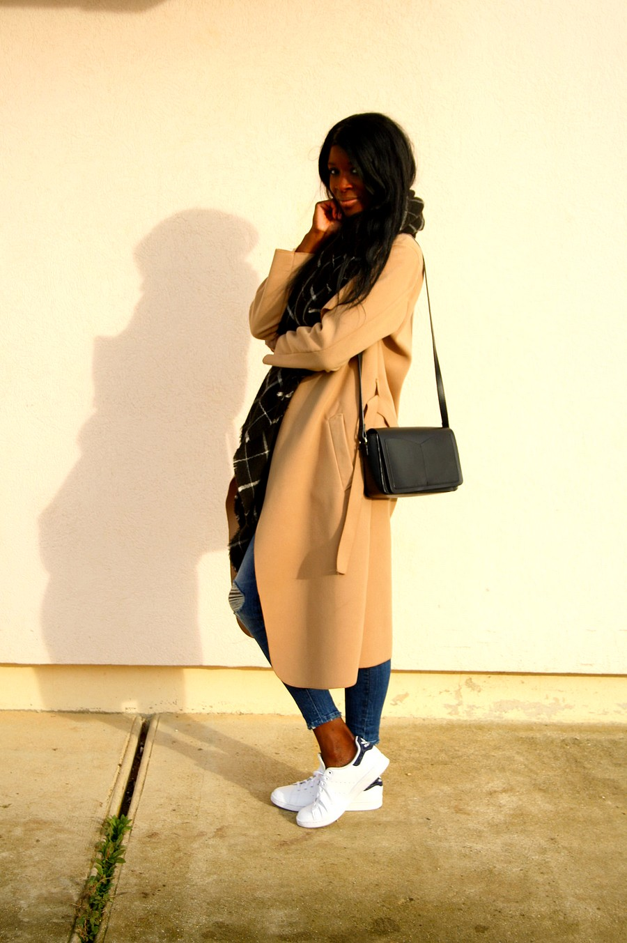 tenue-casual-chic-manteau-camel-stan-smith