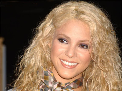 Shakira Sexy Smiling Wallpaper