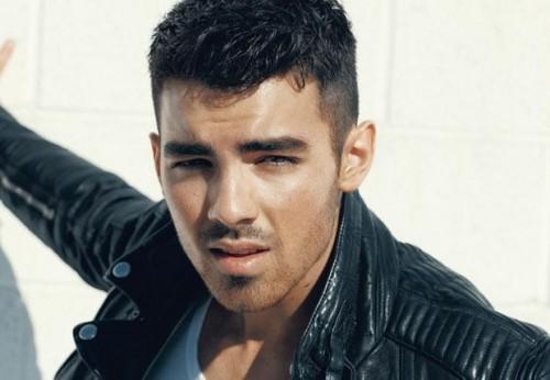 Photo shoot de Joe Jonas para la revista Details Joe-Jonas-Covers-Details-Magazine-April-2011-2-500x346%255B1%255D