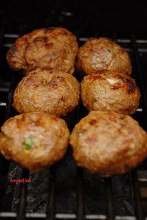 Rosmarin-Frikadellen gefüllt mit Feta, duften lecker auf dem Grill