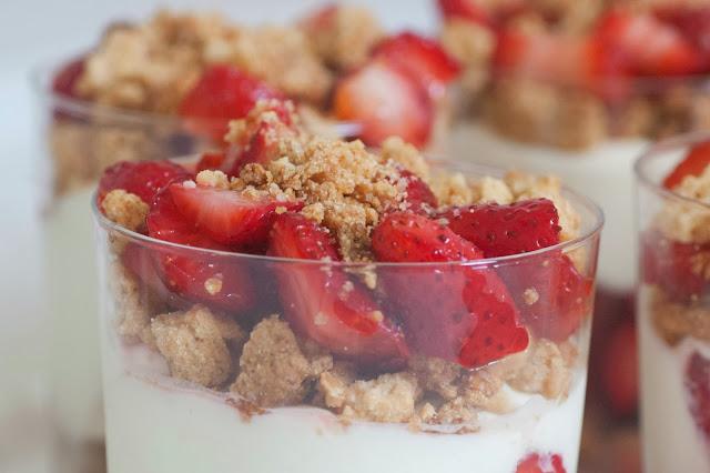 תותים בקרם שמנת ושוקולד לבן בציפוי שטרוייזל
