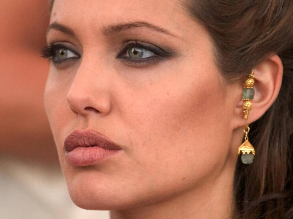 http://3.bp.blogspot.com/-Y8eVeM-ijLI/USaINd4QrMI/AAAAAAAAAGs/26vF4IzLoFw/s1600/Angelina-Jolie-63.JPG