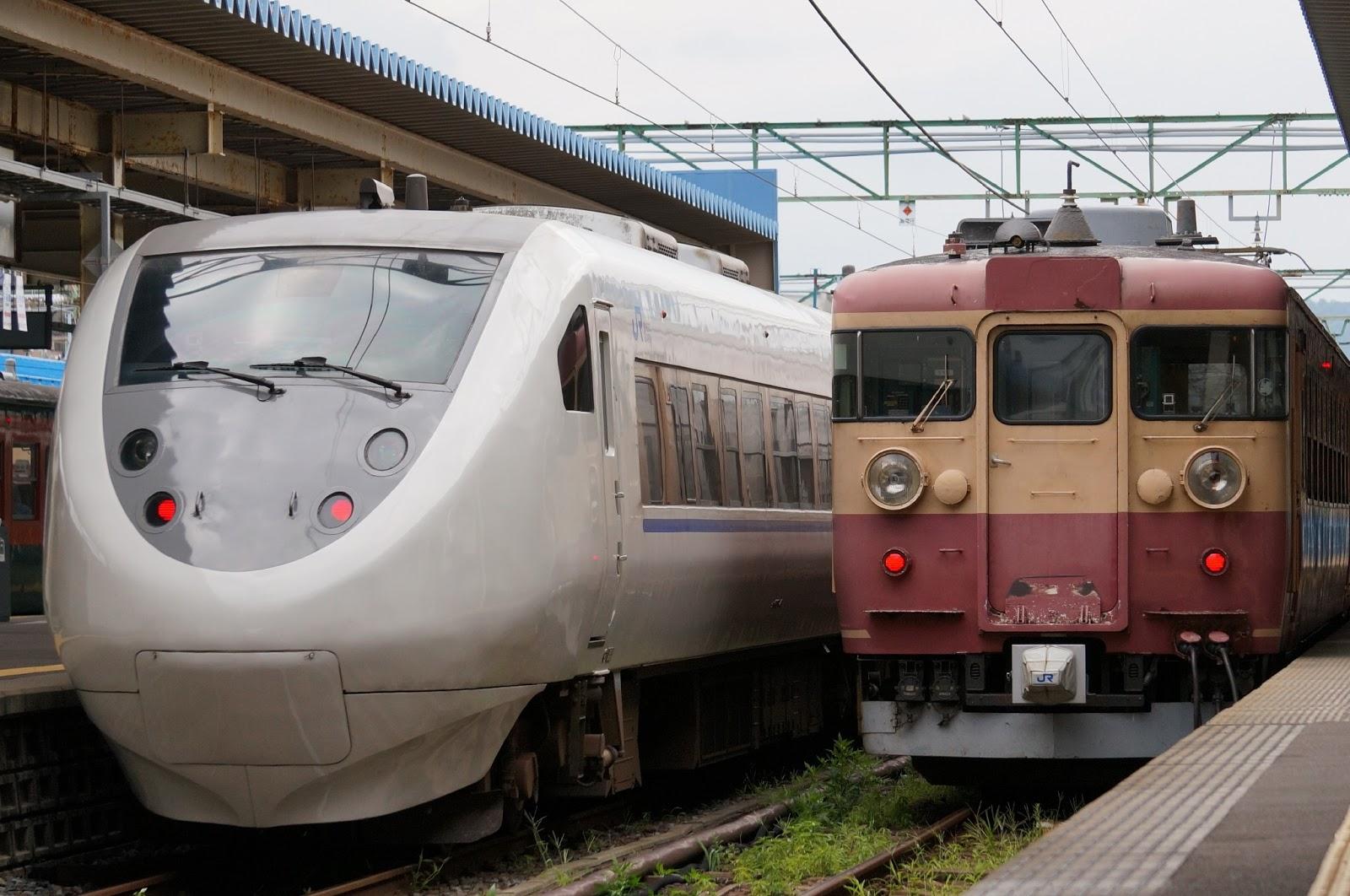 北陸本線直江津駅停車中の681系と475系