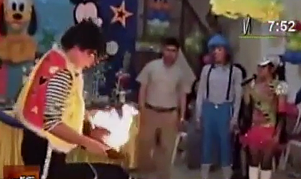 payaso quema a una paloma en fiesta infantil en trujillo