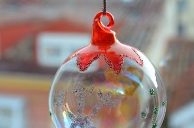 bola de cristal navideña decorada a mano