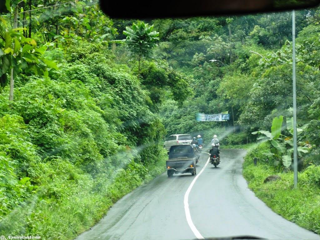Jalanan menuju Pemandian Air Panas Guci, Tegal