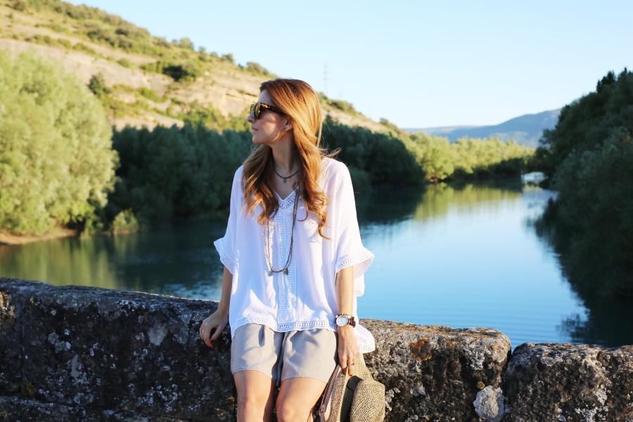 Falda de gasa y blusa blanca