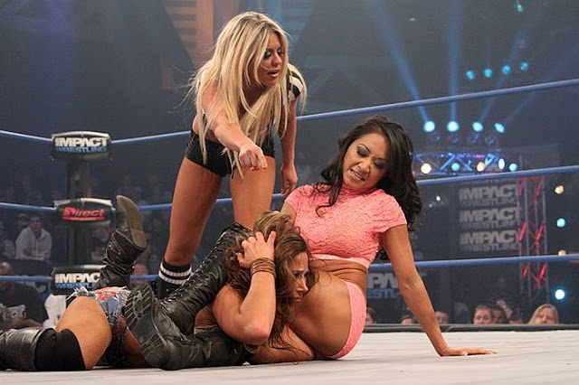 Gail Kim vs Mickie James - TNA Wrestling