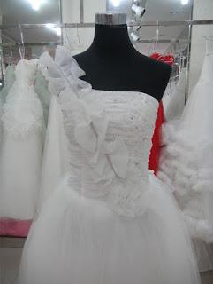 Vestido de novia corte princesa con un hombro de encaje y apliques brillantes