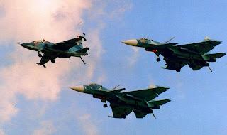 Су-25УТГ возглавляет проход тройки палубных самолетов