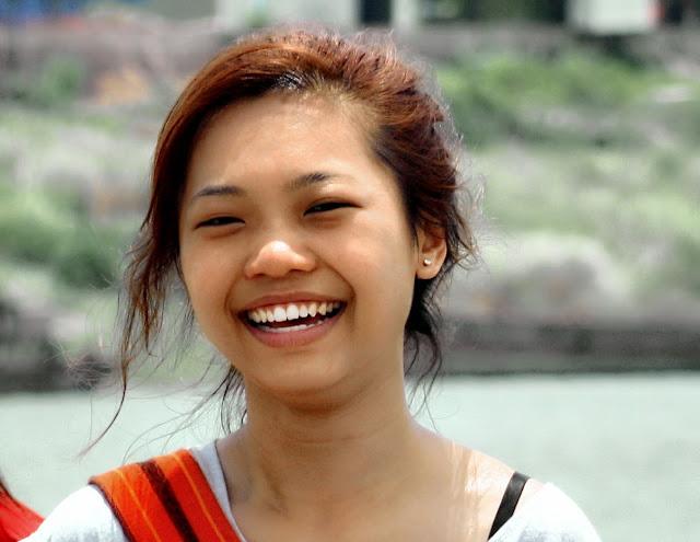 Un sourire tout simple et sans artifice, photographié sans préparation et sans prétention peut suffire parfois, comme ici, avec le visage tout lumière et sourire de cette jolie touriste venue visiter la ville de Kompong Cham. Photo KiamProd Photography.