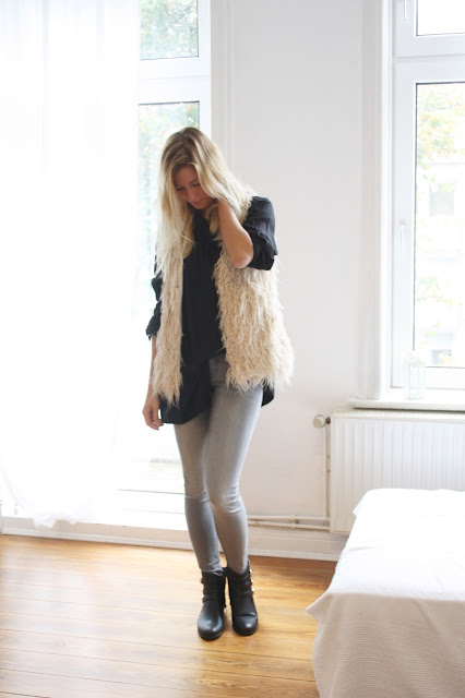 Outfit für den Herbst: Teddyweste und Skinny Jeans.
