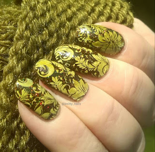 Esmaltes da Kelly Bee and Pet'la Plate Golden Russian