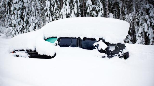 Hombre sobrevive dentro de su carro tapiado por la nieve durante dos meses comiendo nieve