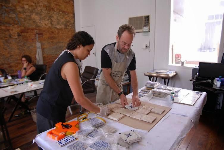 Galeria Scenarium realiza oficina de conservação de azulejos