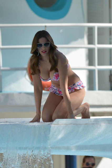 Kelly Brook Hot Bikini Photos