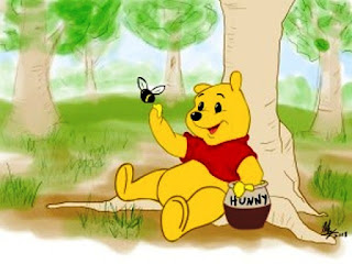 Gambar Winnie The Pooh bermain lebah