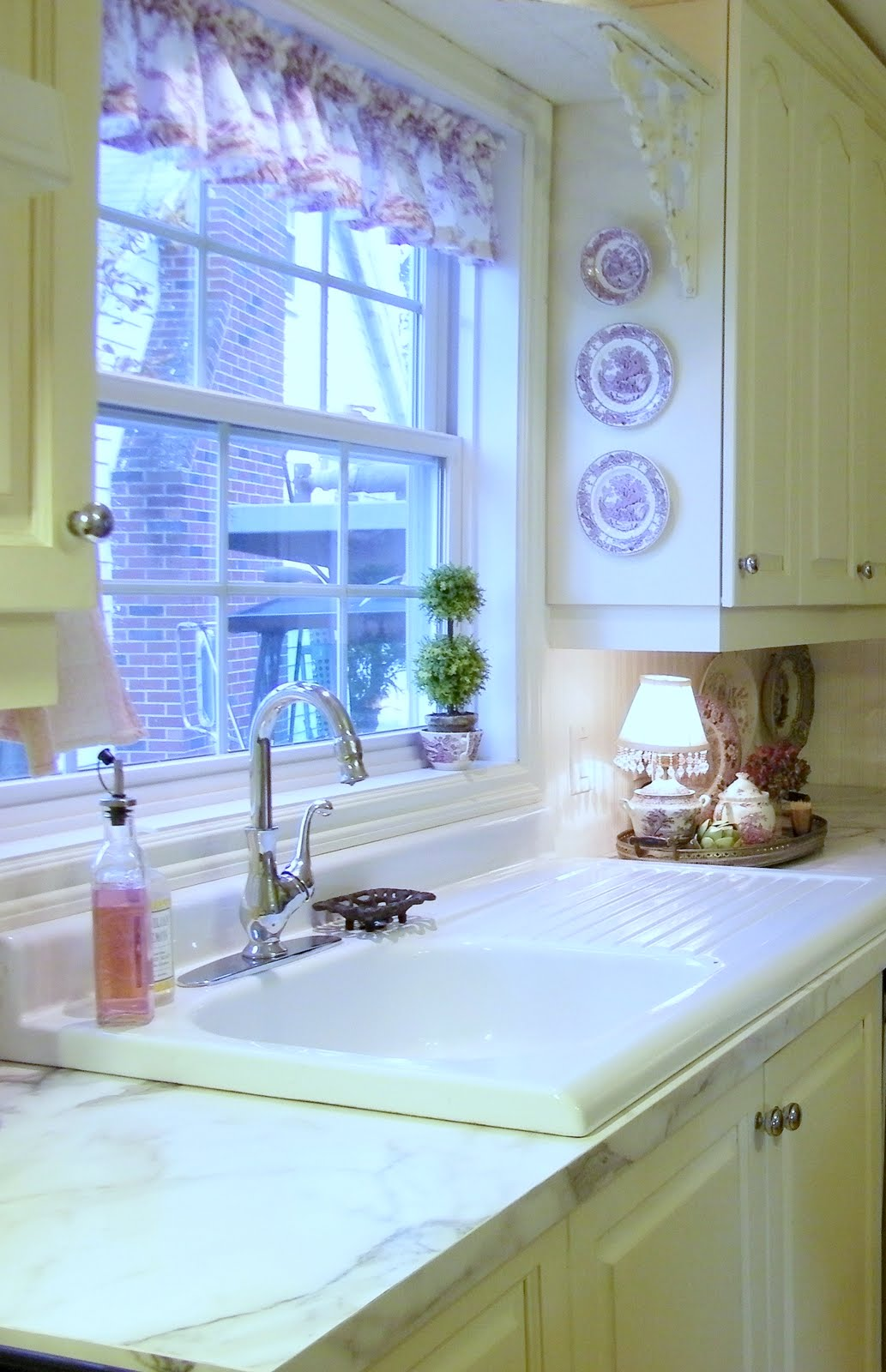 Maison Decor: Putting in the formica countertop and sink