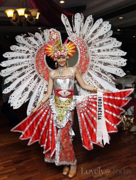 Maria Selena Elegan dan Cantik dengan Kostum Burung Garuda