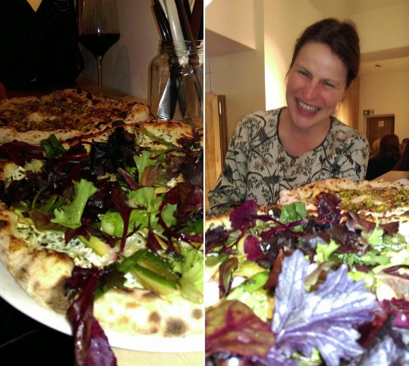 Barbara vor einer Spielwiese aus Pizza