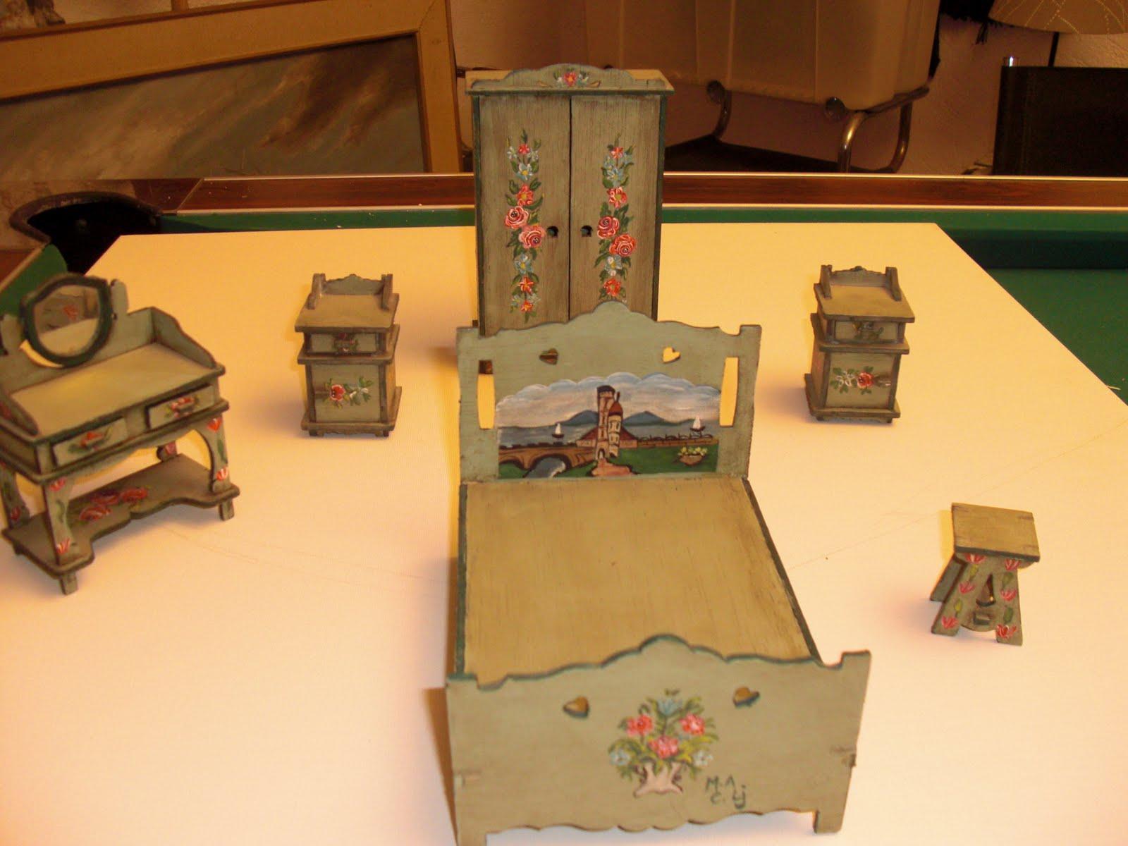 Casas de mu ecas y miniaturas muebles pintados a mano en for Muebles pintados a mano