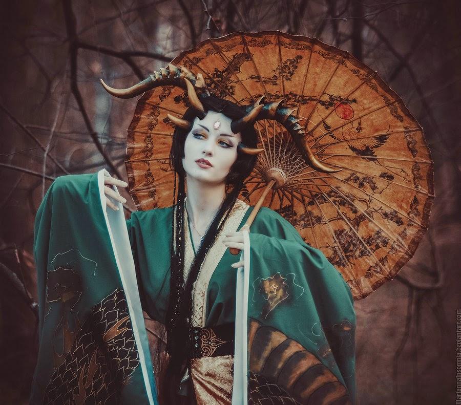 jeune femme en kimono avec des cornes et une ombrelle