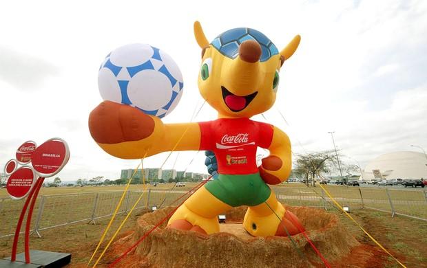 Vândalos esfaqueiam em Brasília réplica do tatu-bola, mascote da Copa de 2014