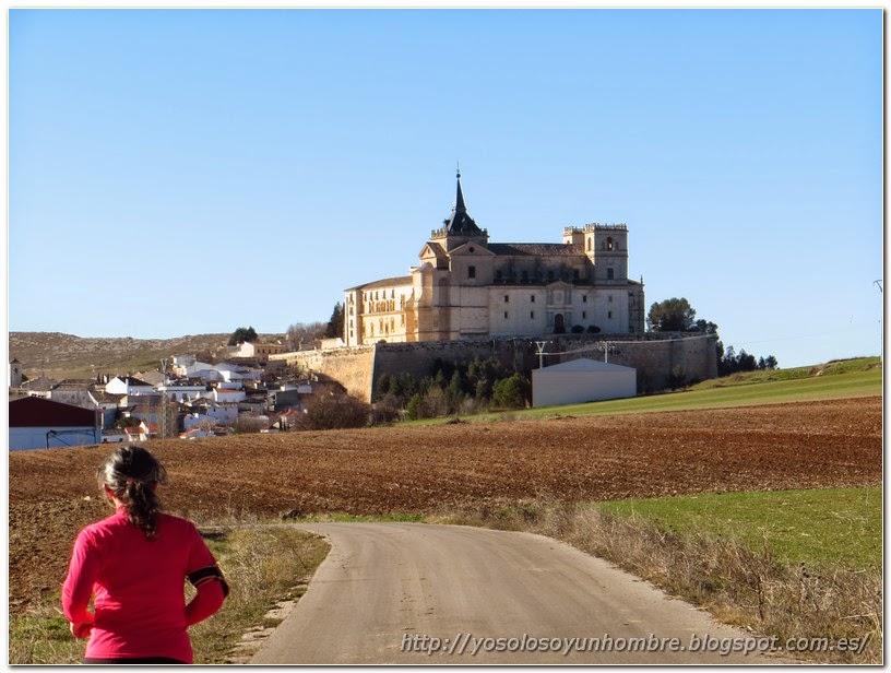 Corriendo por la carretera, monasterio de Uclés al fondo más cerca