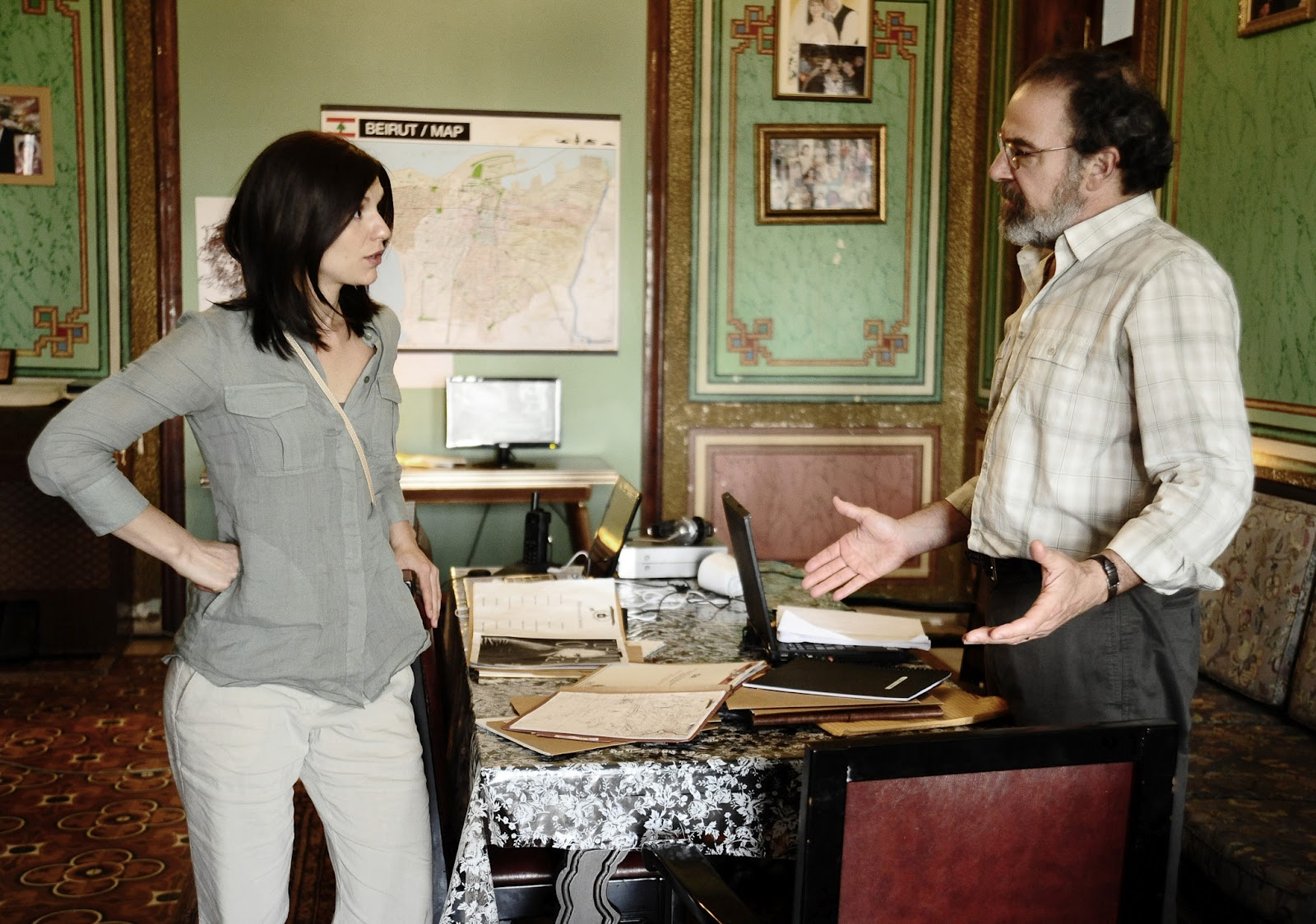 http://3.bp.blogspot.com/-YFCHePKa5VE/UESoav19iQI/AAAAAAAAaxU/8SRyH06NZ_E/s1600/Claire-Danes-and-Mandy-Patinkin-in-HOMELAND-Episode-2_02-3.jpg