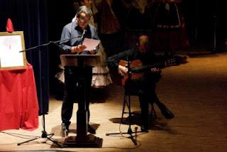 Recitant el poema 'Arbre' amb l'acompanyament del Roberto (Fotografia: Andreu García)